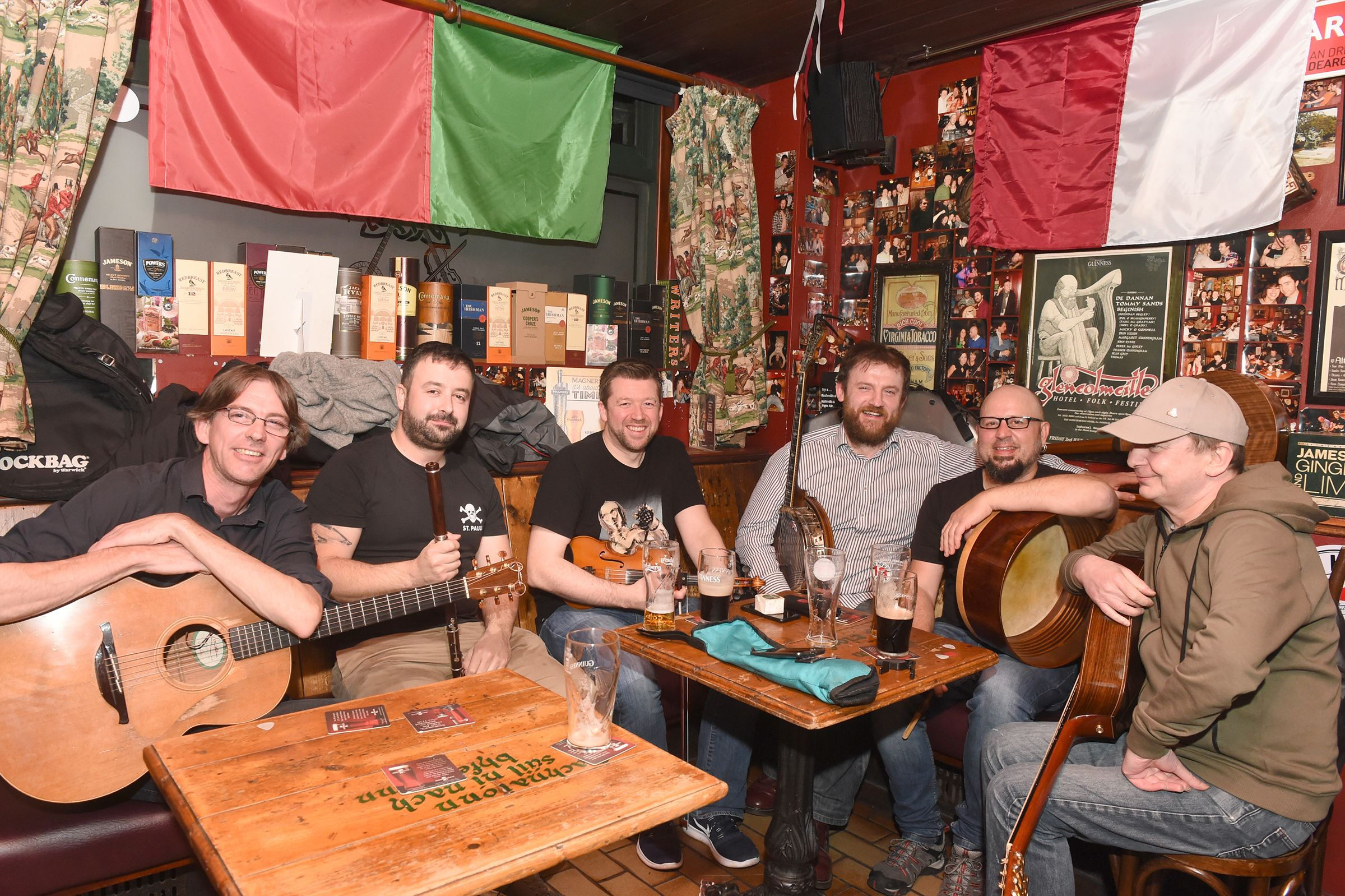 SEISIÚN: Tuning up in Madden's bar