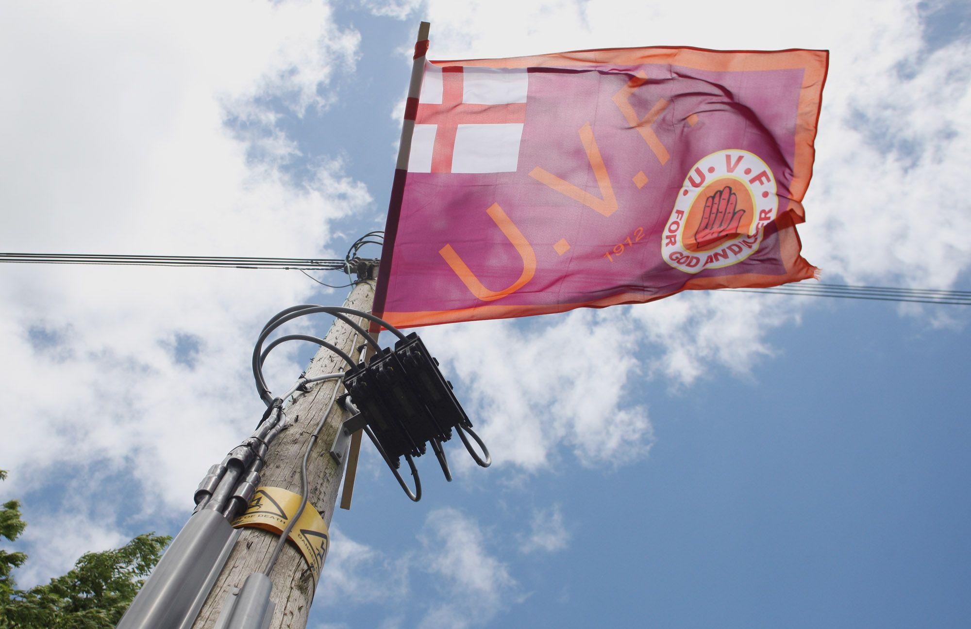 FLAGGING: NIO tete-a-tete with paramilitaries