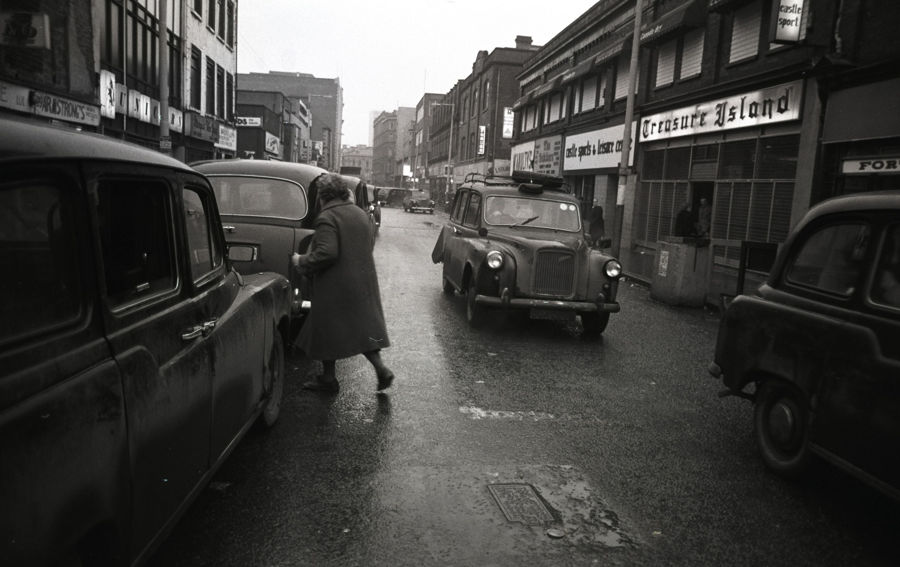 YOU DON\'T HAVE TO JUMP INTO FIRST TAXI WHICH COMES ALONG: Black taxis in Castle Street back in the day (1982 to be precise)