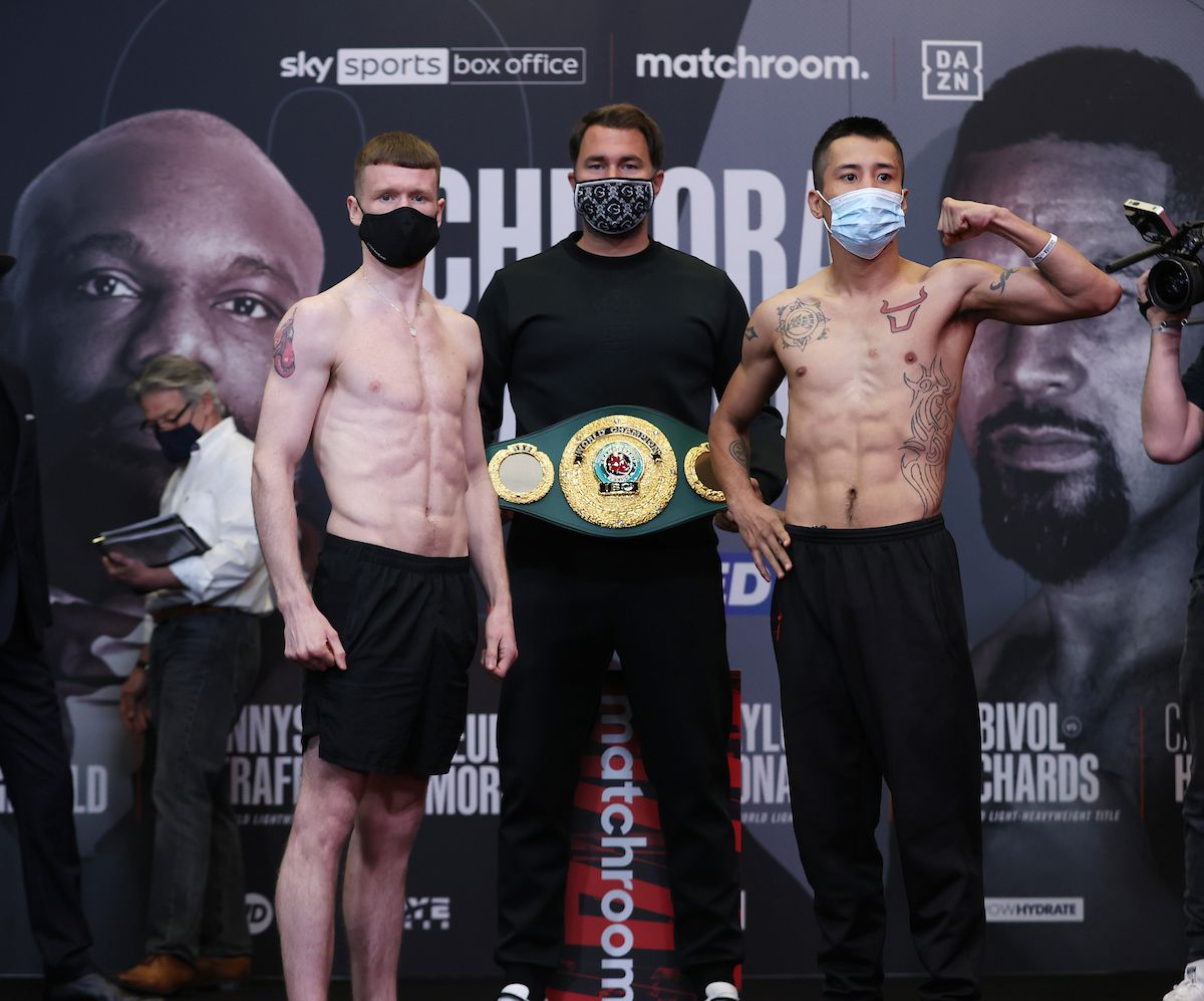 James Tennyson and Jovanni Straffon both carne in under the lightweight limit ahead of this evening\'s (6pm) fight in Manchester