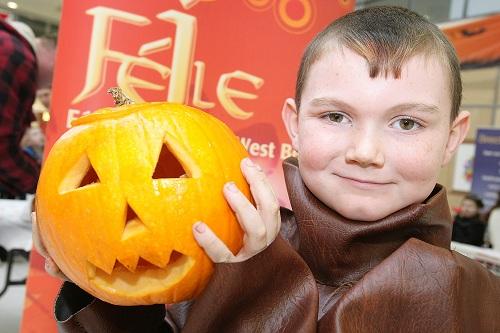 FŽile pumpkin carving in the Kennedy Centre. Daniel Burrows. 13110mj11