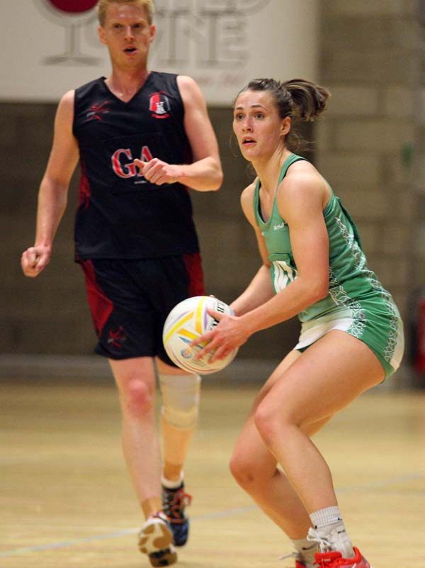 Niamh Cooper has signed for British SuperLeague club Surrey Storm
