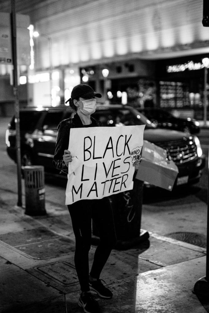 CEART DOM, CEART DUIT: Agóideoir ar son Black Lives Matter I gCathair na nAingeal.. Pic le Donovan Valdivia, Unsplash